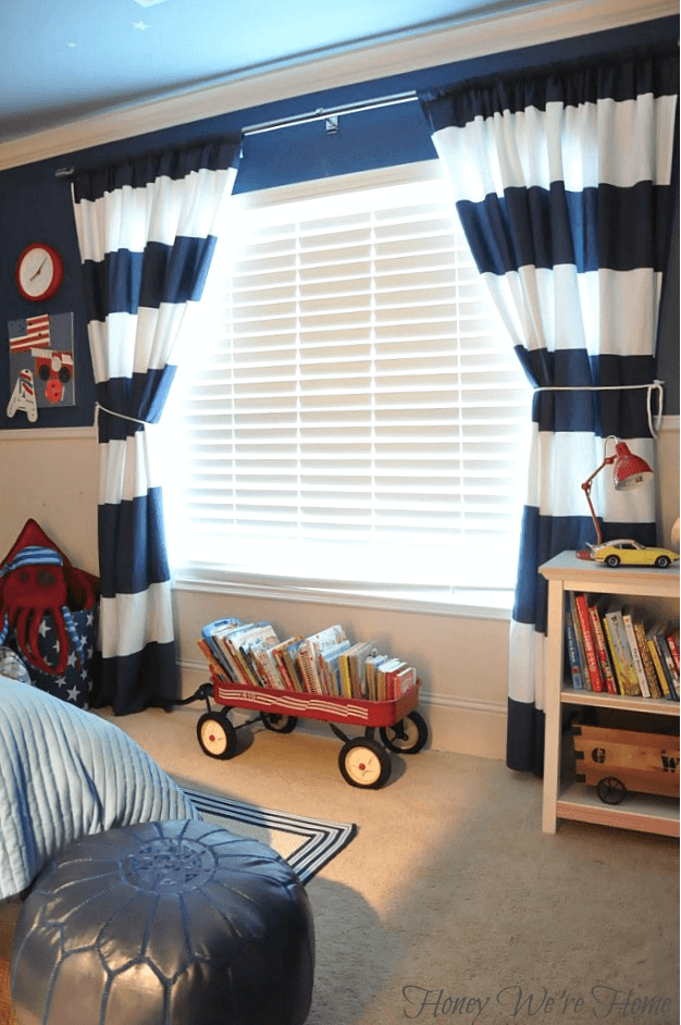 Curtains in blue and white in kids bedroom